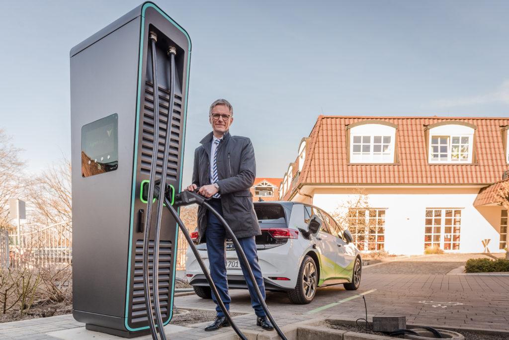 Martin Rehberg, kaufmännischer Geschäftsleiter der GDA, ist vom E-Fuhrpark überzeugt. Weil es sich auch finanziell lohnt, rüsten kleine und mittelständische Unternehmen in Hannover ihren Fuhrparks inzwischen auf E-Fahrzeuge um. Foto: Daniel Junker
