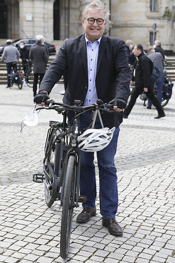 Fast 30 Führungskräfte steigen am Donnerstag nicht nur symbolisch aufs E-Bike oder das eigene Rad um. Zwei Wochen lang nehmen Sie alle nahen Termine nur mit dem Rad wahr und schreiben anschließend einen Erfahrungsbericht. Hauke Jagau (Region) Foto: Samantha Franson